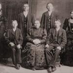 Stojijo z leve: Ivana Vidmar (Bričeva); Janez Kadivec (Hrastje); Anton Kadivec (Karun, Povlje); Marija Kadivec (Femanova, por. Porenta). Sedijo: Martin Kadivec (mlekarjev); Marija Bohinec (Bolčarjeva, por. z Antonom Kadivec †1902); Joža Kadivec (Bolčar)